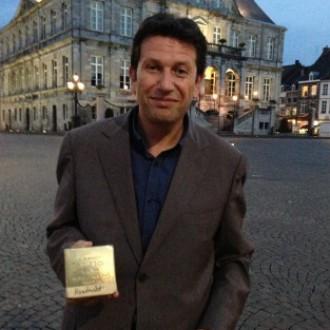 Voorzitter Dmitri Boutylkov van de Stichting Joods Cultureel Erfgoed met een Stolperstein (beeld: Kemal Rijken).