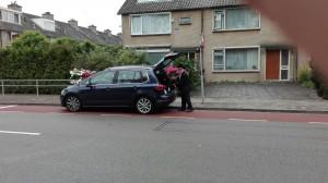 Opperrabbijn Jacobs legt zijn koffers alvast in de auto (beeld: Jacobs)